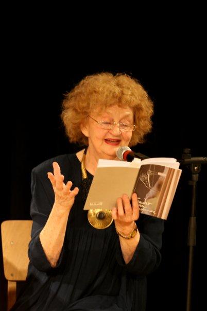 Татяна Лолова чете стихове на Миглена Николчина на премиерата на книгата. Снимка: Цочо Бояджиев.